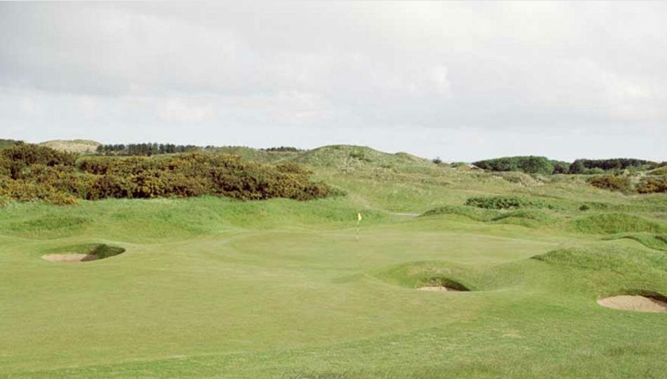Keisimwaan yang membedakan golf berbedda dsri olahraga  lain.