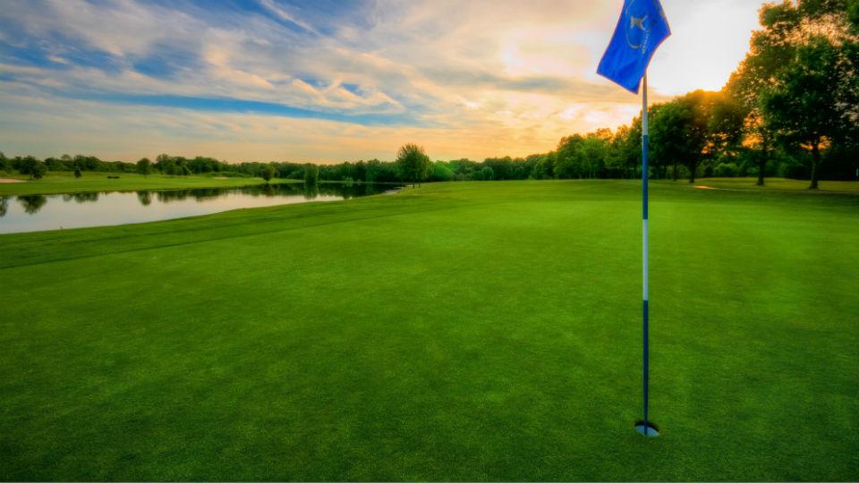 Suatu lapangan golf minimal memiliki 9 hingga 18 holes